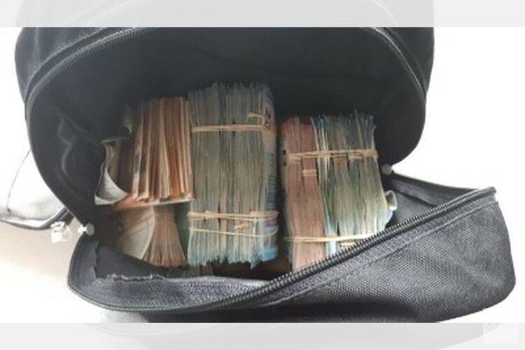 Politie haalt grote geldbedragen uit rugzak en plafond