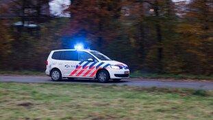Auto gaat er vandoor en botst frontaal op politievoertuig