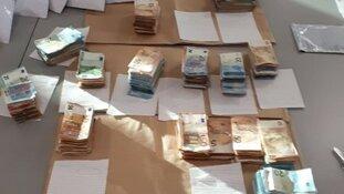 Politie vindt 160.000 euro in verborgen ruimte