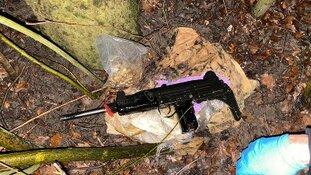 Automatisch wapen in de bosjes gevonden na bedreiging