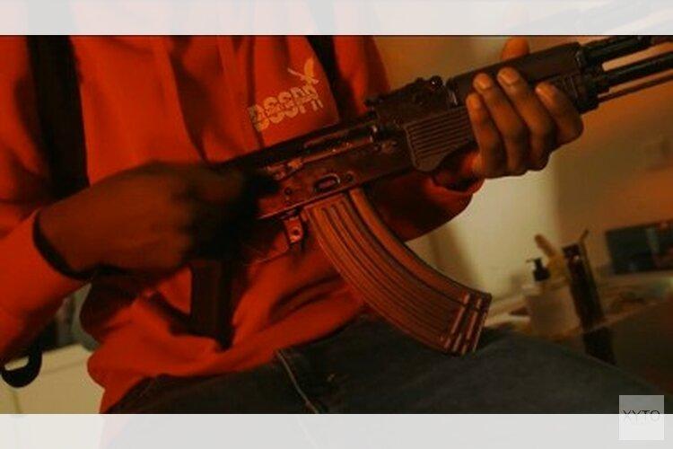 Invallen en arrestaties op basis van verboden wapenbezit in videoclip