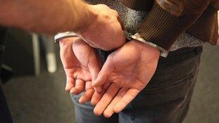 Gewonde door aanval kapmes; vier verdachten aangehouden
