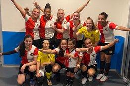 Feyenoord Futsal vrouwen steunen ondernemer Pannekoekenhuis 't Hof in Vlaardingen op dinsdag 28 april