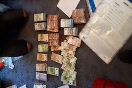 Politie stuit op geld, vuurwapen en drugs in woning Rotterdam