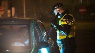 Beschonken automobilist staat stil op vluchtstrook